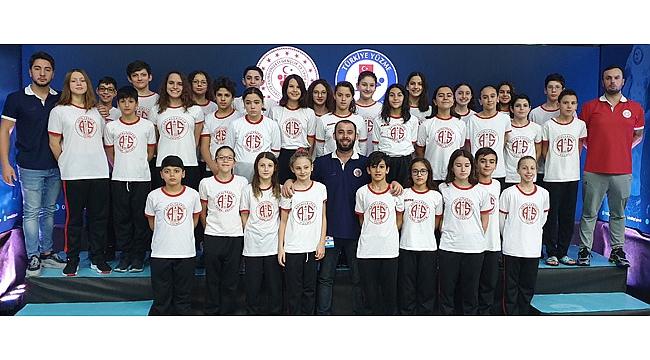 Yüzmede 10 Türkiye şampiyonluğu kazandı