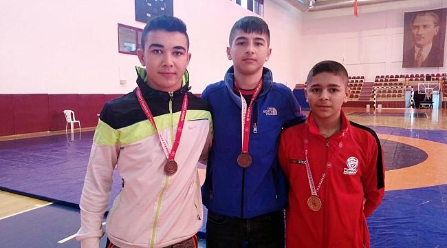 Genç güreşçiler madalyayla döndü