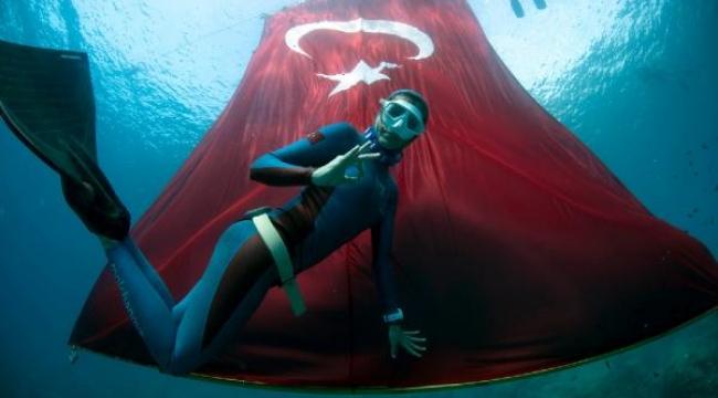 Cumhuriyetin 97'nci yılı anısına tek nefeste 97 metre saygı dalışı