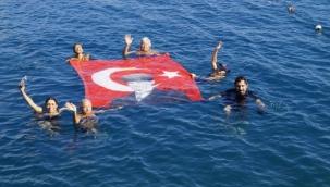Kadınlar denizde bayrak açıp, Cumhuriyet Bayramı'nı kutladı