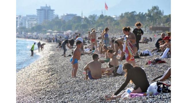 Yasağa saatler kala Konyaaltı plajına akın ettiler