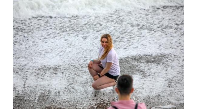 Fırtına nedeniyle dünyaca ünlü sahilde 5 metrelik dalgalar oluştu