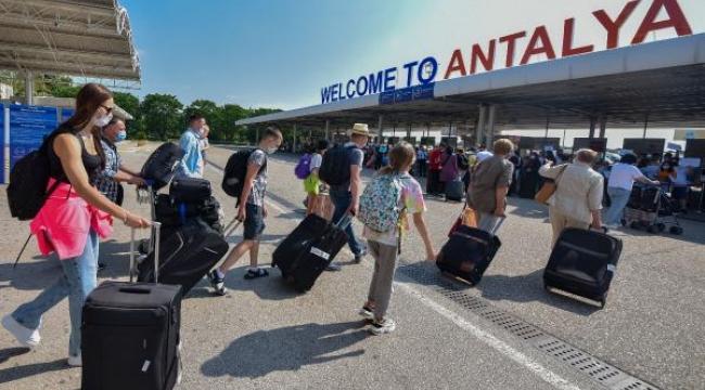 Antalya'ya 2 günde 20 bin Rus turist geldi