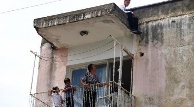İntihar için çatıya çıktı, çay ikramı sırasında polis yakaladı