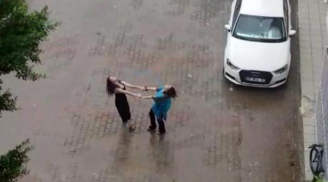 Kadınların yağmur altında dansı kamerada